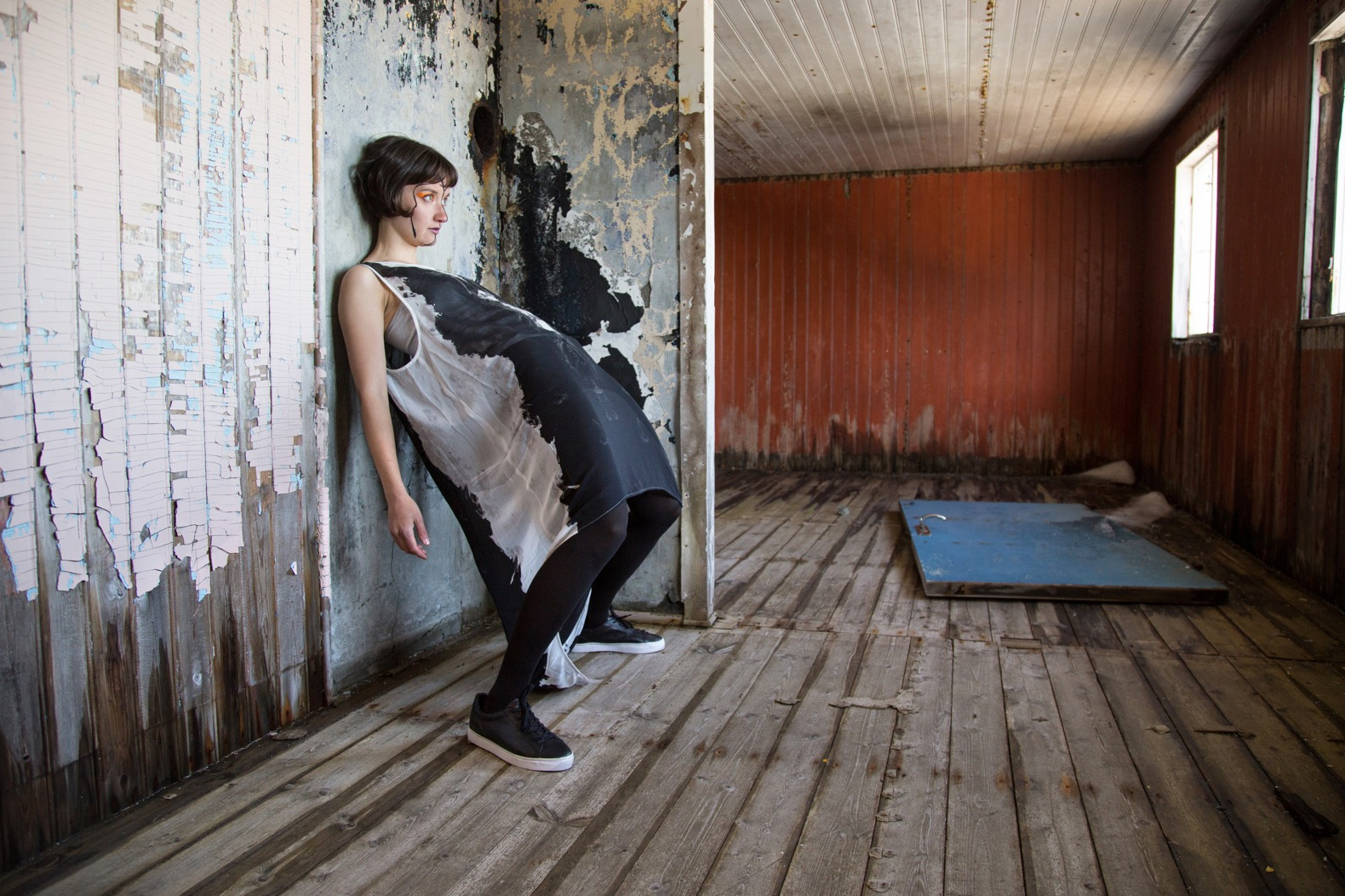 Inkeri Jäntti hyrede danser Maliina Abelsen til at være model i nogle hendes fotografier. De sejlede til Kangeq – en efterladt bygd lidt udenfor Nuuk – og fotograferede et æstetisk udtryk over traume inspireret af fjeldgængeren eller Qivittoq – dem som gik til fjelds eller forlod samfundet i skam eller skyld.